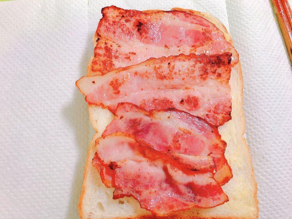 食パンにベーコンを乗せた写真