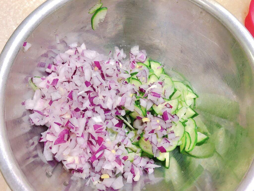 ポテトサラダ用、玉ねぎのみじん切りときゅうりのスライス写真
