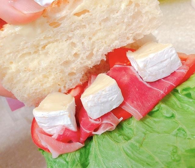 カスクートにカマンベールチーズを挟む写真